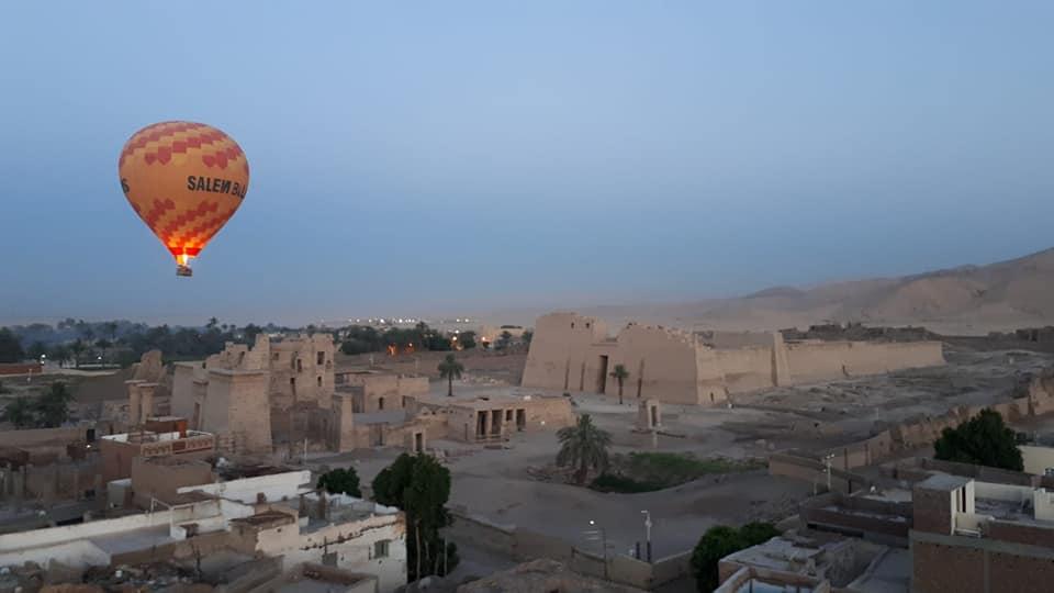 Ballonfahrt während des Sonnenaufgangs in Luxor